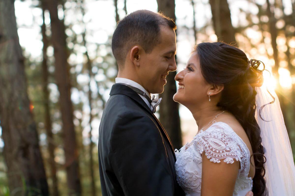 Sesión de fotos de novios en boda en el bosque