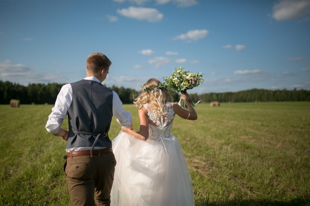 novios en boda al aire libre