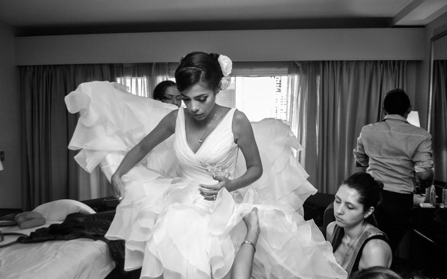 arreglo del vestido de la novia en hotel