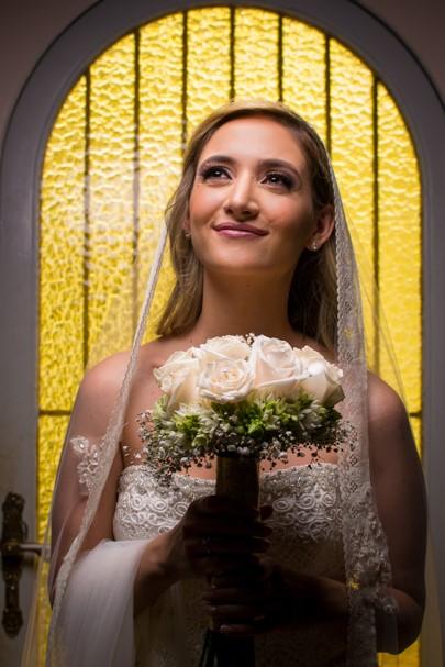 sesión de fotos a novia durante arreglo el dia de su boda